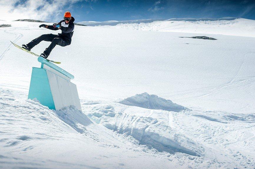 Stryn hiihtokeskus Norjassa on auki kesälläkin. Kesäkuussa otetusta valokuvasta voi huomata, ettei lumesta ole puutetta. (Kuvaaja: Stryn Sommerski / Emil Eriksson)