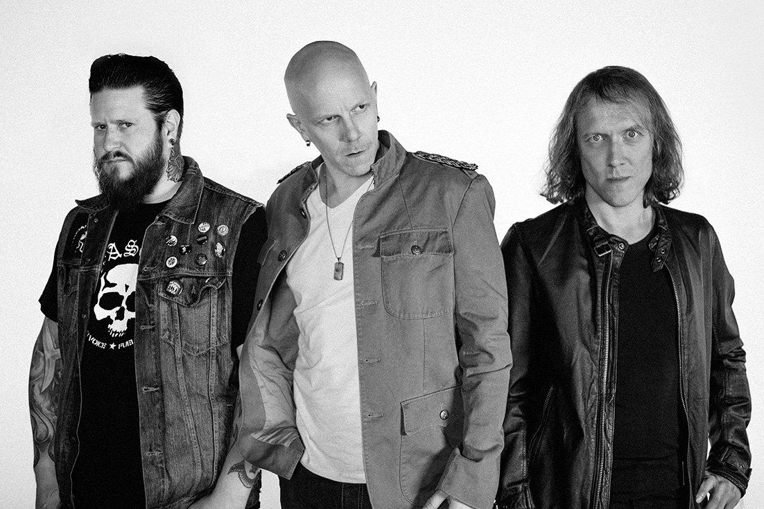 Toni Wirtanen (laulu,kitara), Sipe Santapukki (rummut) sekä kesällä 2014 riveihin liittynyt Ville mäkinen (basso).