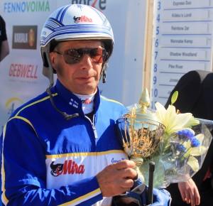 Jorma Kontio jahtaa uransa 10 000. voittoa. Hän on Pohjoismaiden voitokkain raviohjastaja, muttei ole vielä voittanut ravikuninkuutta. Kuva: Suomen Hippos / Ilkka Nisula.