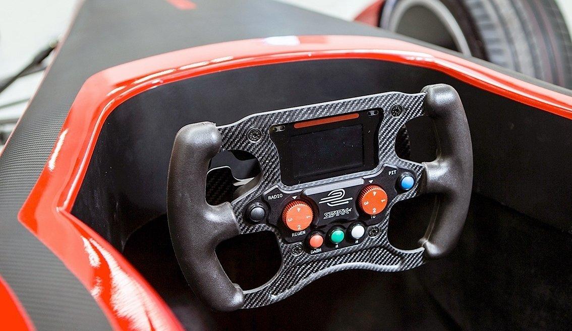 Formula E-auton ohjauspyörä on yksinkertaisempi kuin F1-auton vastaava.