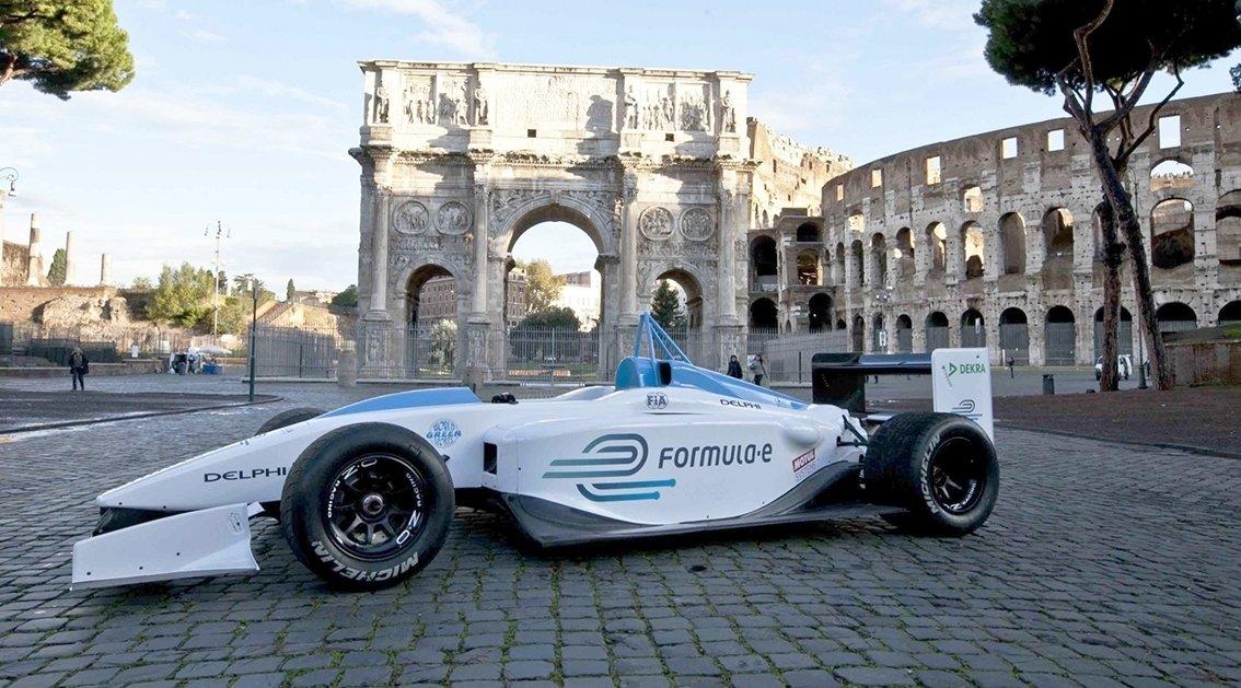 Formula E-kilpailut ajetaan suurkaupunkeihin rakennetuilla katuradoilla.
