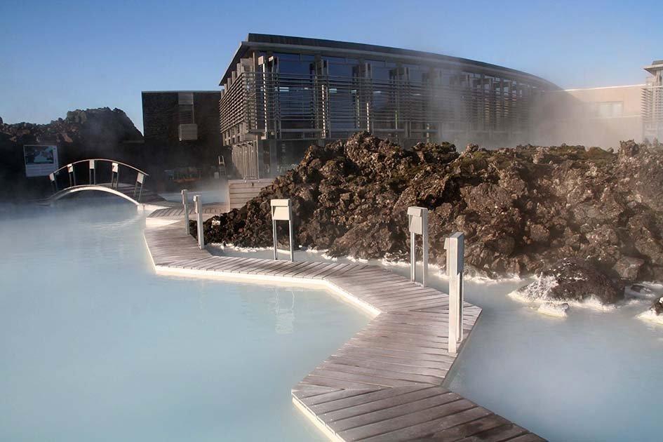 """Ensilumi – Islanti Talvea edeltävinä kuukausina Islannissa on tarjolla tilaa, raikasta ilmaa ja vapautta luonnon vaipuessa hitaasti talviuneen ja lumisateiden saapuessa pikakelauksella. Islannin syksyssä voit poimia villimustikoita, bongata hiekkarannoilla laiskottelevia hylkeitä, lämmitellä luonnon kuumavesialtaissa tai auttaa vuotuisessa """"réttirissä"""" maanviljelijöiden vaeltaessa perheineen kaukaisiin laaksoihin kokoamaan lampaansa ja hevosensa ennen talven tuloa. Myös auton vuokraaminen on sesongin ulkopuolella edullisempaa, joten voit lähteä tutkimaan maaseudun vesiputouksia, tulivuoria ja jäätiköitä – ja bongata kauden ensimmäiset revontulet. Pääkaupungissa Reykjavikissa intiimi ja leikkisä Iceland Airwaves -festivaali tuo lavalle uutta musiikkia paikallisilta ja kansainvälisiltä yhtyeiltä.Kuva: Stephen_AU"""