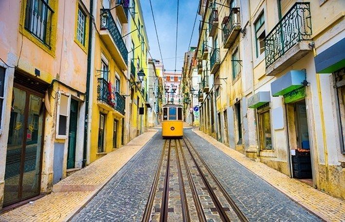 Budjettimatka- Lissabon, Portugali Liput Lissabonin kuuluisaan raitiovaunuun ovat puolet halvempia, kun ne ostaa etukäteen. Yksi sesongin ulkopuolella matkustamisen hyviä puolia on edulliset hinnat. Jos etsit lompakolle ystävällistä vaihtoehtoa, joen rannalla sijaitseva Portugalin pääkaupunki Lissabon on halvimmillaan kesäturistien kotiinpaluun jälkeen. Syyskaudella Portugalissa aurinko on yhä korkealla, sää on lämmin ja hotellit ja ravintolat tarjoavat alennushintoja. Keskustan tuntumassa voit tutustua kaupungin tuhatvuotiseen historiaan ja arkkitehtuuriin – ilman turistimassoja – tai hypätä junaan, joka vie alle puolessa tunnissa rannalle ottamaan aurinkoa.