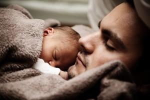 nukkuvat mies ja lapsi