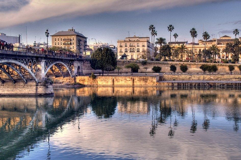 Sopivaa lämpöä – Sevilla - Espanja Sevillan kesä voi olla Suomen kesään tottuneille kerrassaan piinaava – mutta syyskaudella lämpötilat ovat laskeneet huomattavasti miellyttävämmälle tasolle. Kadut tuoksuvat appelsiininkukilta, varjoisat aukiot kuhisevat kylmää olutta siemailevista ja tapaksia napostelevista paikallisista, ja yöt ovat pitkiä ja lempeitä. Kaupungin näppärän kokoinen historiallinen keskusta ja tasainen maasto soveltuvat teatraalisesta kulttuurista ja arabiperinteestä nauttimiseen rauhassa kävellen. Jos kaikkien nähtävyyksien kiertämisen jälkeen on tarvetta viilentyä, suuntaa lähimmälle kattoaltaalle tai kokeile Isla Mágican vesipuiston liukuja.Kuva: Africa Mayi Reyes