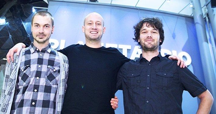 Vasemmalla Joonatan Portaankorva, joka vastasi elokuvan äänisuunnittelusta ja musiikista, keskellä elokuvan ohjaaja, kuvaaja ja tuottaja Pekka Veikkolainen ja oikealla toinen ohjaaja, tuottaja ja kuvaaja Hannes Vartiainen.