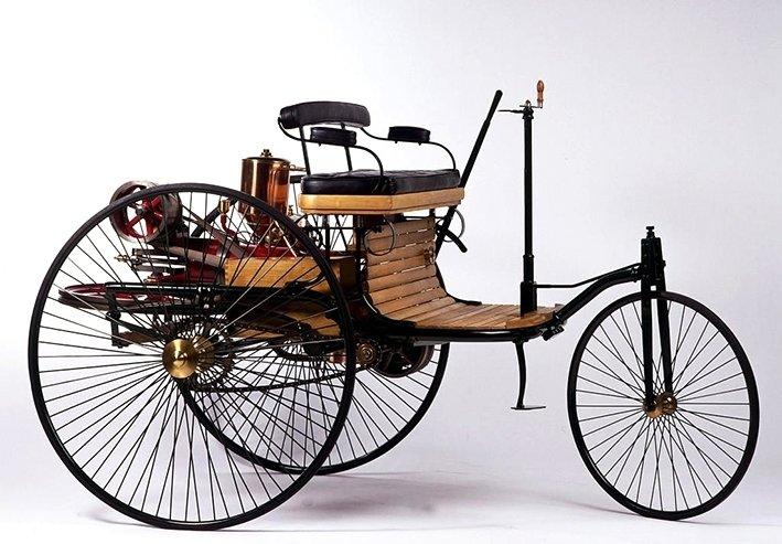 """Carl Benzin Patent-Motorwagen ja Gottlieb Daimlerin """"moottoroitu vaunu"""" kuuluvat itseoikeutetusti Stuttgartin Mercedes-Benz-museon näyttelyajoneuvoihin."""