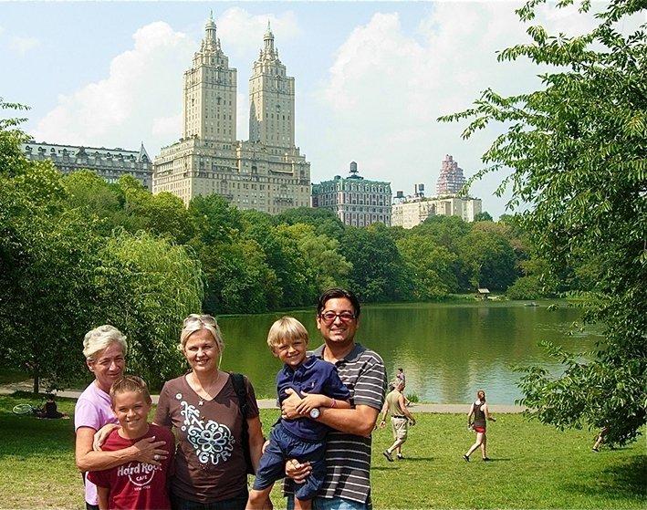 Sari Koponen on tottunut 3G-matkailija. Kuvassa perhe New Yorkissa. Italian mummi Anna Bianconi (vas.), Luca Moriero, Sari Koponen, Tommaso Moriero ja Claudio Moriero.