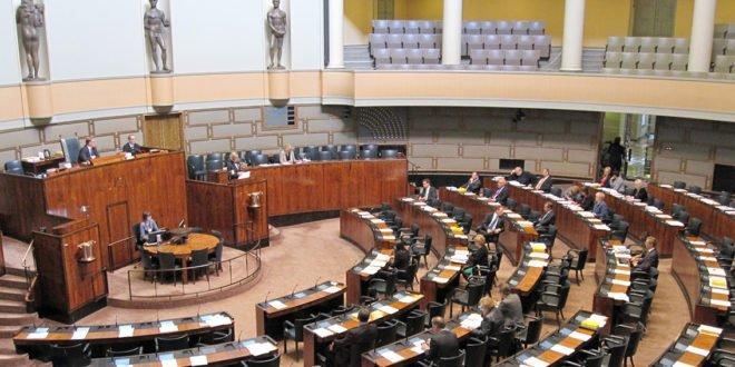 Hallitus antoi esityksen kahden metrin turvaväliedellytyksen luopumisesta